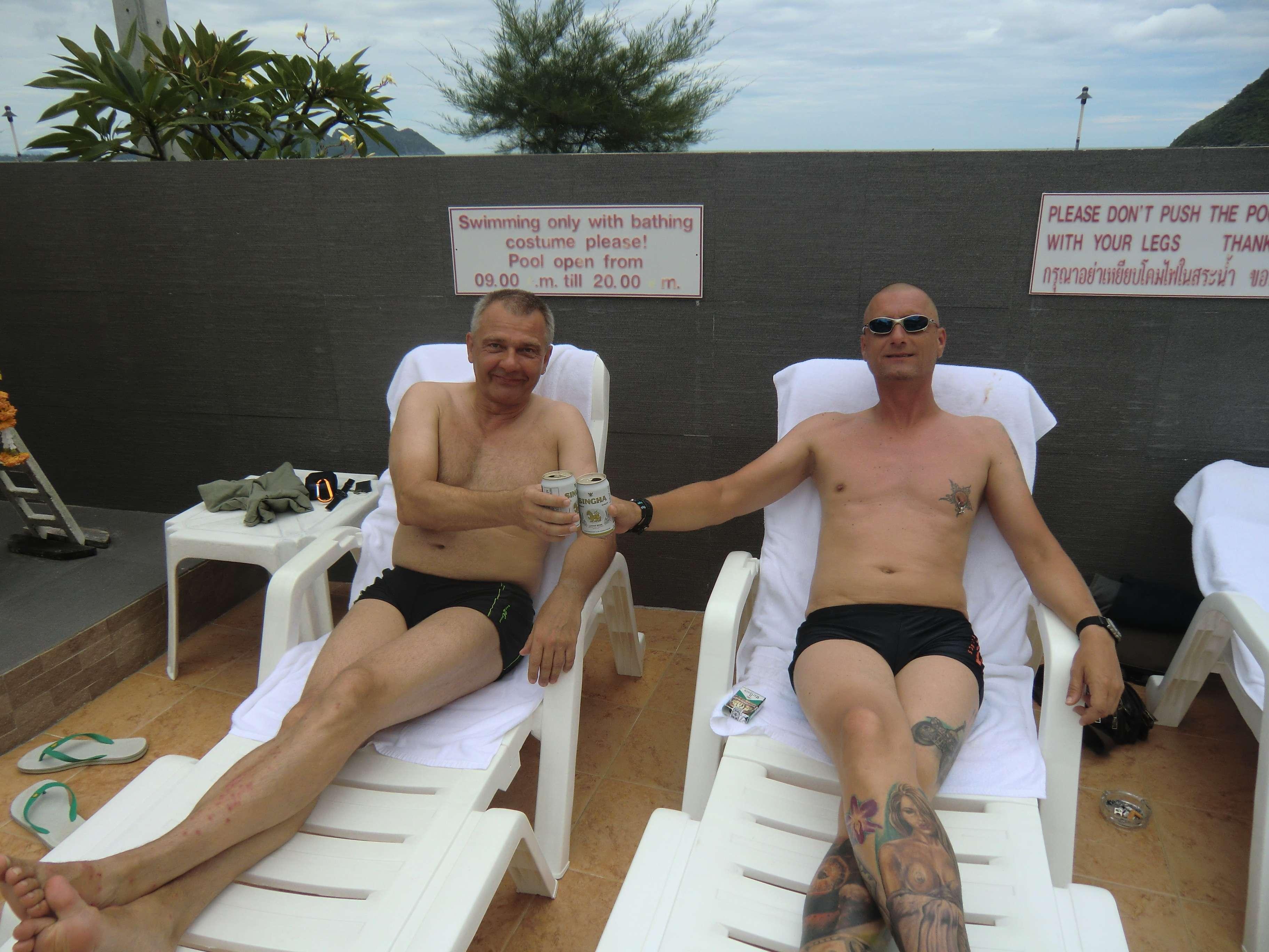 morgens um 12 Uhr in Thailand: Bibo & Ralle reißen das erste Bier auf......uns ist langweilig !!!!